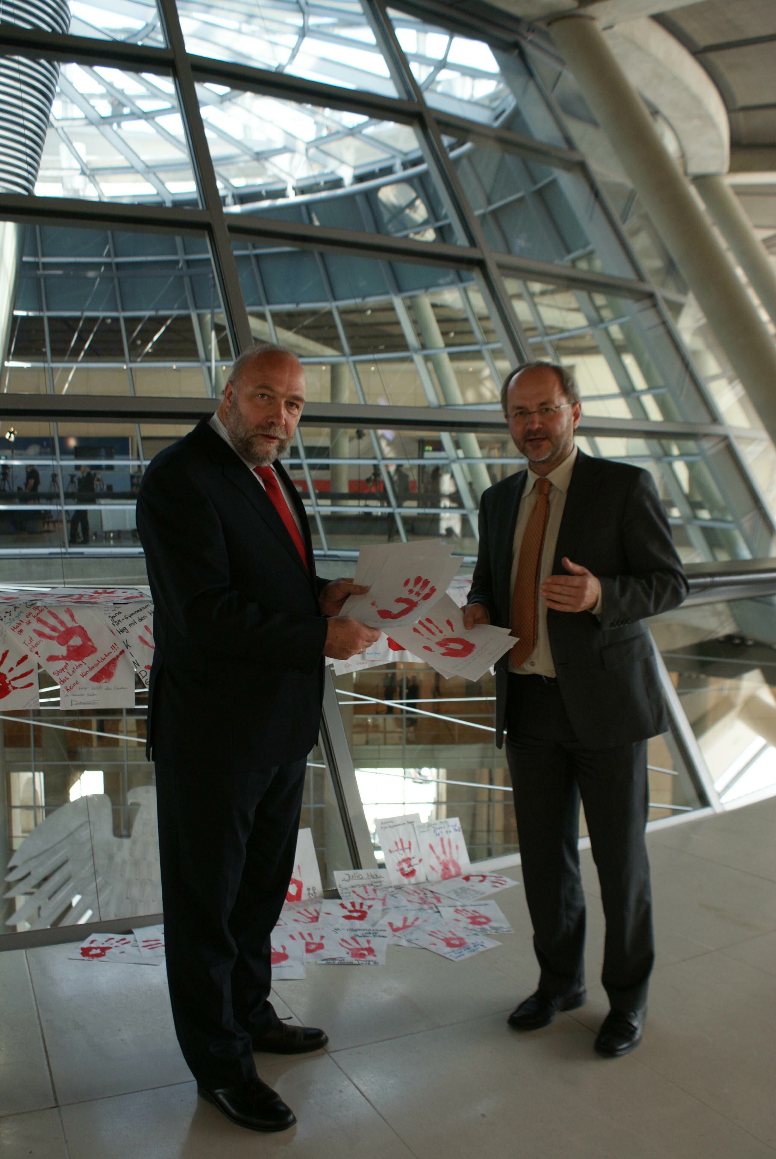 Volker Klein und Günter Nooke Aktion Rote Hände Kindersoldaten
