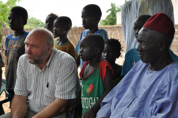 Günter Nooke Afrikabeauftragter Beim Austausch mit Dorfbewohnern zur Energieversorgung