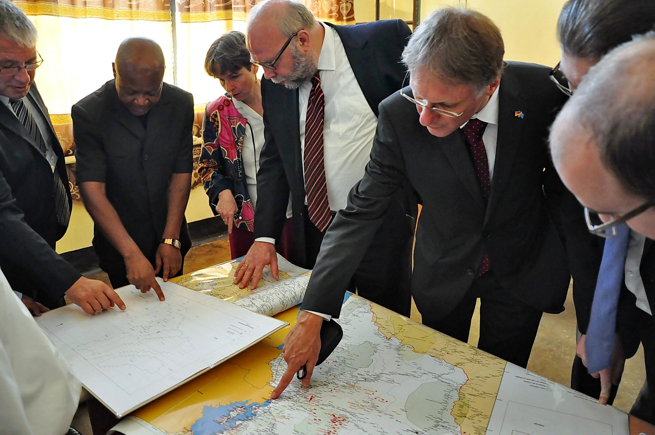 Afrikabeauftragter Günter Nooke im Geologischen Museum in Bukavu mit Botschafter Wolfgang Manig