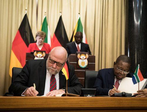 Die Bundeskanzlerin Angela Merkel reist nach Südafrika und Angola, mit in der Delegation ist Günter Nooke, ihr Persönlicher Afrikabeautragter.